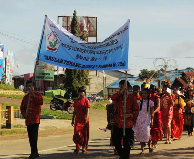 Hari Ulang Tahun ke-79 Paroki St.Pius X Bengkayang, Umat Katholik dan para pelajar menggelar berbagai acara sebagai bentuk toleransi antar Etnis dan Agama hingga mengadakan pawai keliling Kota Bengkayang pada 30 November 2013